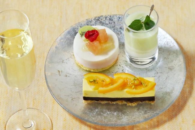 右上:冷たいメロンスープ、 左上:グリオットチェリーとピンクグレープフルーツのムース、手前:タルトショコラ オランジェ