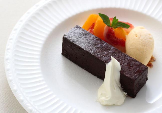 濃厚なチョコレートのテリーヌ 季節のフルーツを添えて