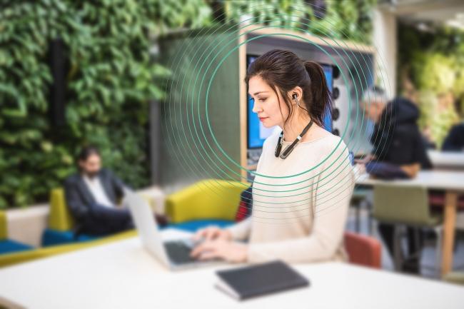 オフィスでの長時間使用でも、  耳への違和感や疲労感を感じさせません。
