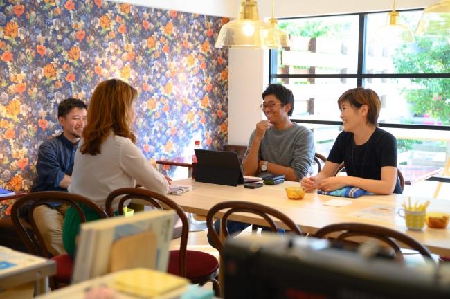 大テーブルはレンタルも可能、打合せやワークショップに最適