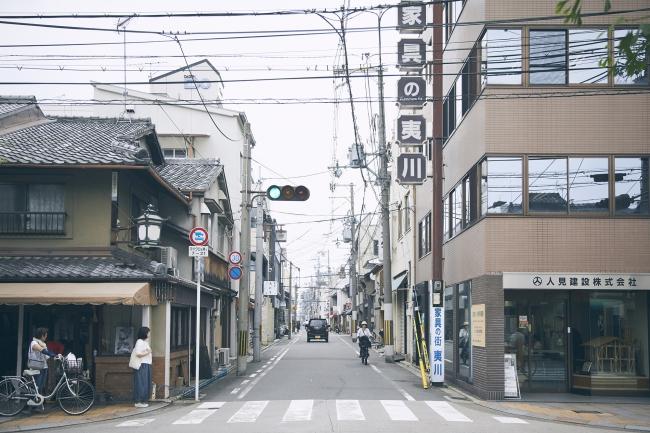 mui Labのある京都夷川通りの佇まい。400年以上続く家具街にある