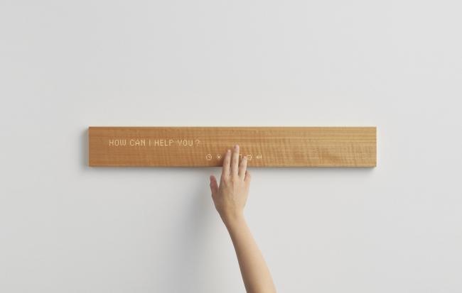 木製のmuiに触れるとメッセージの交換、ニュースや天気予報の受信、音楽再生、スマート家電の操作などを行える