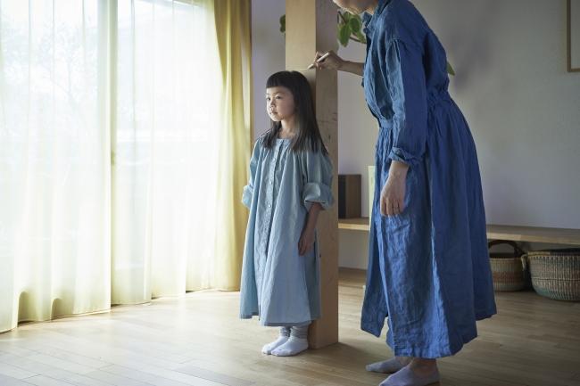 mui×Wacom「柱の記憶」ー 柱にワコムのデジタルペンで子供の身長をマークすると、近くの衣装箱に数字が表示される。データは蓄積され、いつでも引き出すことができる- Connected device(コネクテッド・デバイス)。