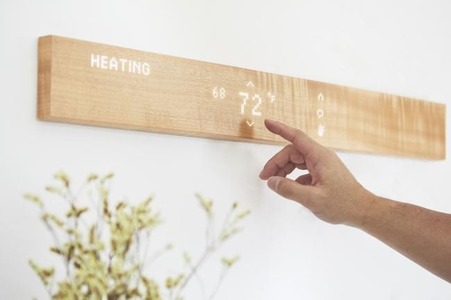 「mui1st edition」- IoTを活用した木製のスマートホームインターフェース。天気予報、メッセージの交換、音楽再生、スマート家電の操作などを一括して行える。1月29日発売予定。