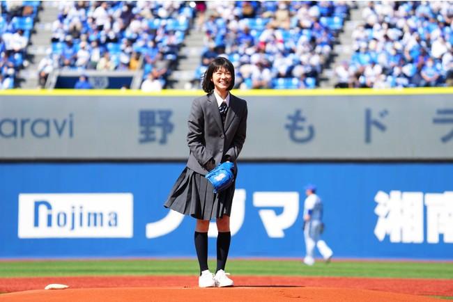 無事に投げ終えほっとした表情を見せる志田彩良さん (C)YDB