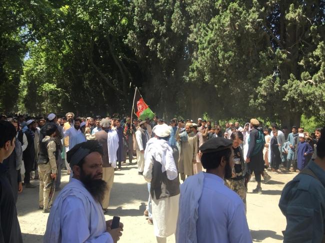 政府側とタリバン側、村人による集会