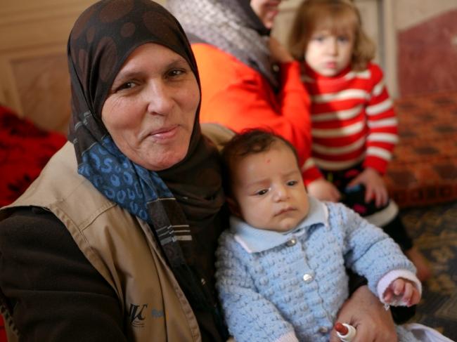 子どもの検診に同行するパートナー団体( 人間の大地) の保健師。ガザの女性達の力で子ども達の健康が守ら れています。