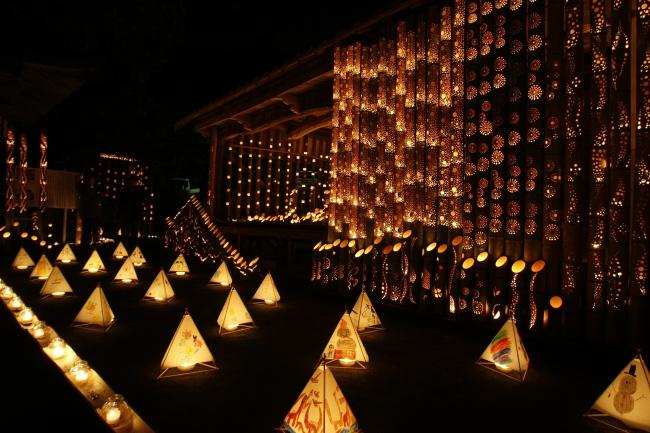 地元の子どもたちが祈りを込めて描いた心温まる三角灯篭も