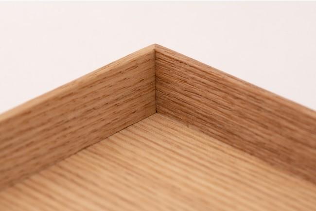 白木トレーのフチは拭き取りやすいように斜めにカット。