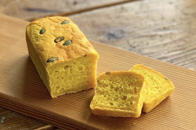 『おこめパン』をベースに季節の素材などを合わせミニバウンド型で焼き上げる『カラフルおこめパン』