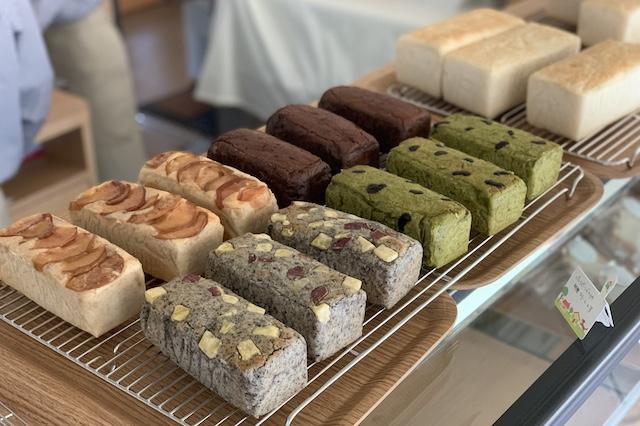 バリエーションも豊かな『カラフルおこめパン』は、かわいいサイズのミニミニ食パン