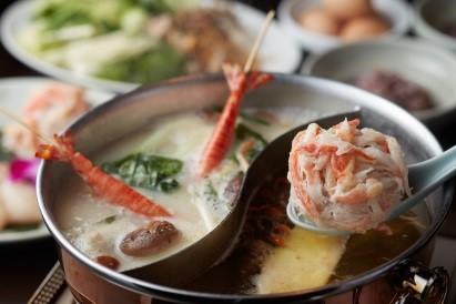 烏骨鶏の澄ましスープと魚コラーゲンスープの美人火鍋