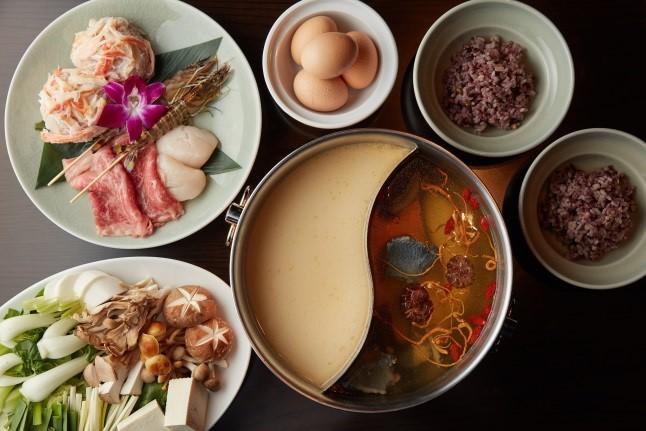 チャイナルーム「烏骨鶏の澄ましスープと魚コラーゲンスープの美人火鍋」