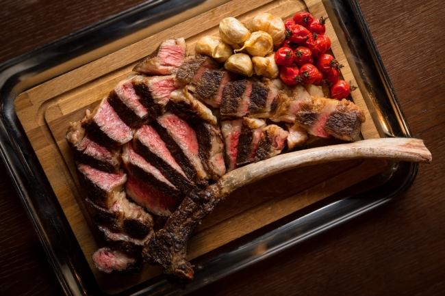 オーク ドア: 1,600gのダイナミックな骨付きリブアイステーキ 「トマホーク ステーキ」