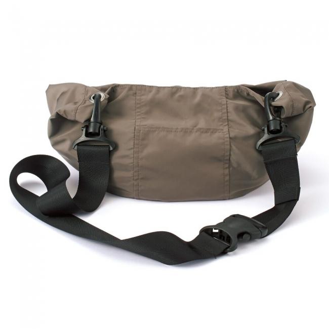 フード部分に本体を収納し、バッグのように持ち運べます/トランスフォームコート