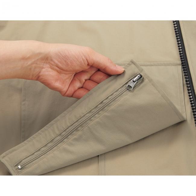 背中の内側に付属するファスナーポケットに本体をたたんで入れる