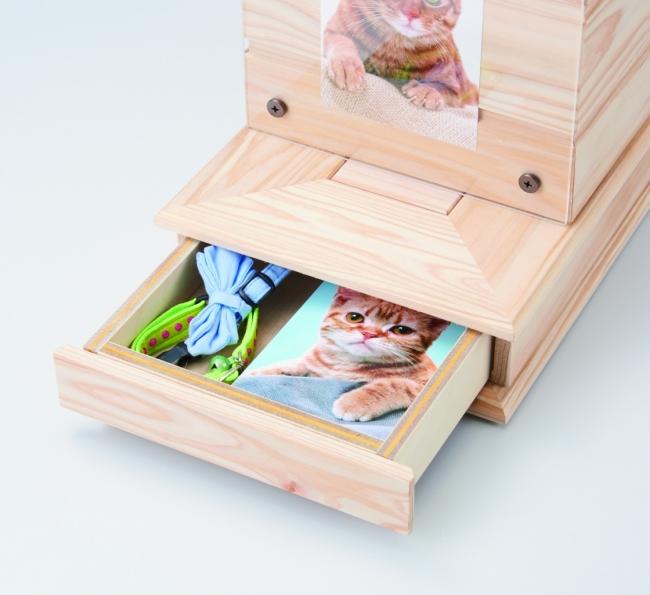 ②は思い出の品や、お線香などが収納できる引き出し付き。