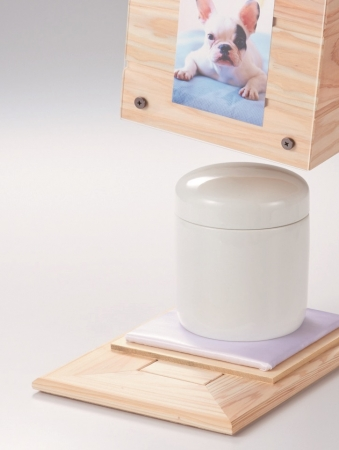 内部に4 寸(袋入りは2 寸)までの骨壷が収納できます。