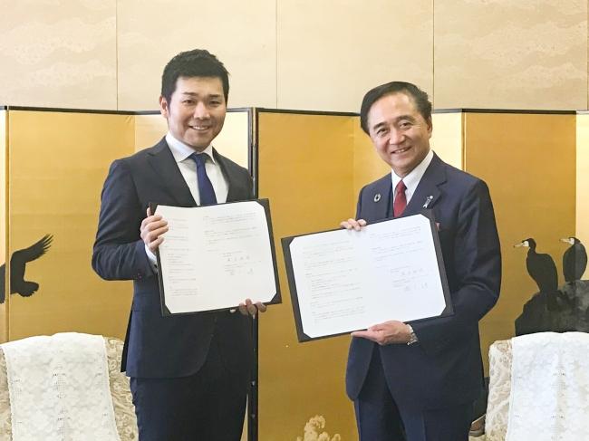左:RIZAPグループ(株) 代表取締役社長 瀬戸健  右:黒岩祐治 神奈川県知事