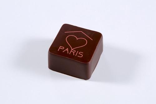ボンボン ショコラ パリ(452円〈税込〉) そばの花のハチミツの深いコクが広がるガナッシュをビターチョコレートでコーティング。初めてブティックを出したフランスの都市、パリ。そして、その思いはパリからトウキョウへ