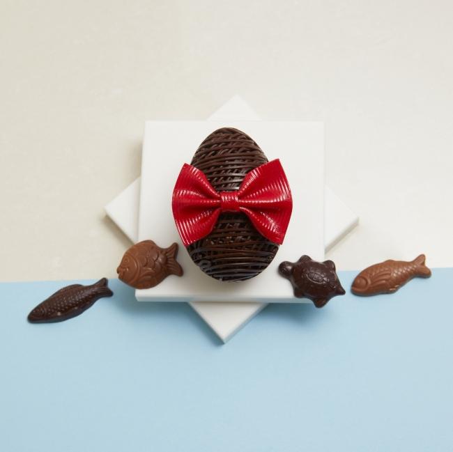 ウフ ダンテル(税込2,916円)【販売期間】2019年3月20日(水)~4月23日(火)(売り切れ次第終了)チョコレートのリボンをつけたおしゃれなタマゴ。中には海の生き物をかたどった「フリチュール」が入っています