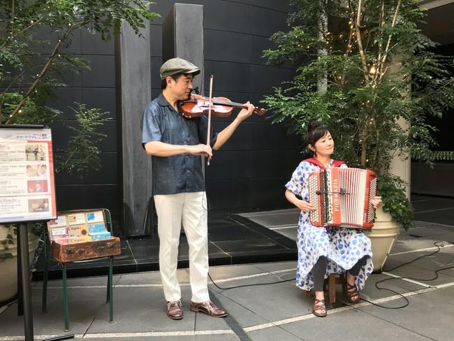 パリ気分を高めるバイオリンとアコーディオンのデュオ「シエスタ」の演奏、開催日:7月17日(土)、18日(日)