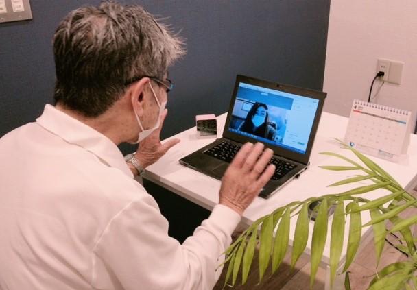 【WEB面会サービス】ビデオ通話で顔を見ながらお話しいただくことで、表情や動きなどの確認もしていただけます。(WEB面会の様子 写真左:デイサービス利用者)
