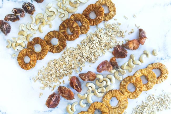 写真左上が形や色の問題で美味しく食べられるが廃棄されてしまう食材。右下が通常の食材