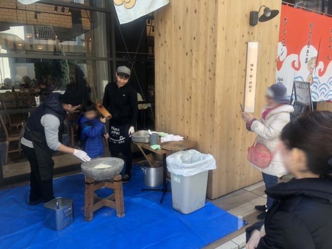 中崎町店頭で実施した餅つき大会の様子