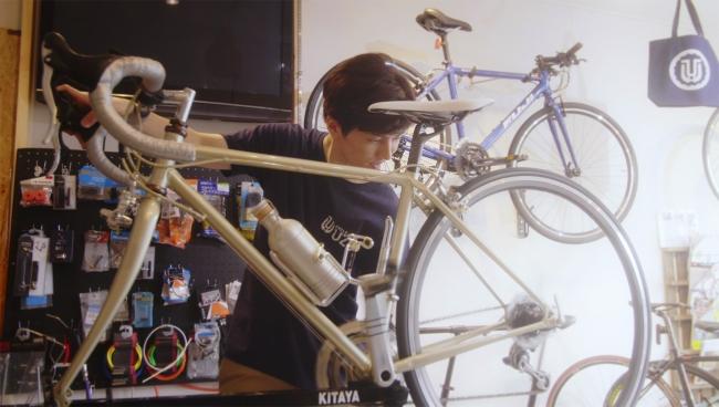 「あの空の向こうに~海風~」洋斗役・矢部昌暉。洋斗はサイクルショップで働きながら亜海の夢をサポート。