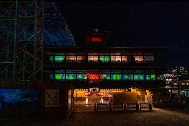 愛媛・松山からイメージされる「みかん」をモチーフとした道後温泉オリジナルのデジタル花火が様々登場。「青の火の鳥」とコラボレーションし、夜の道後温泉を色鮮やかに彩る。