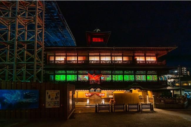 プログラムの終盤、道後温泉本館2階、3階の大パノラマで美しくかつダイナミックに展開する大玉の「みかん花火」は圧巻。