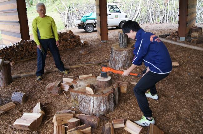 森のお仕事体験での薪割りの様子