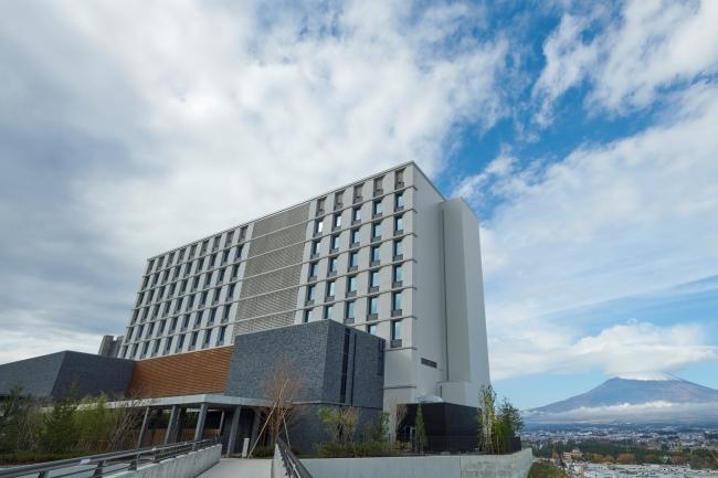 ホテル外観と富士山
