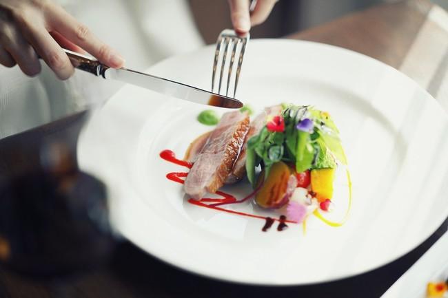 レストラン「ザ・ハーブダイニング」のメイン料理はHerb Gardenをイメージした色鮮やかな一皿です
