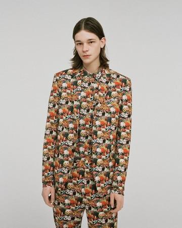 ジャケット ¥90,000、シャツ ¥24,000、パンツ ¥35,000