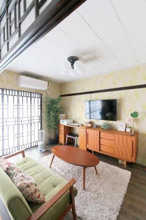 DIYで和室を改造したリビングルーム(新千里北町団地)。