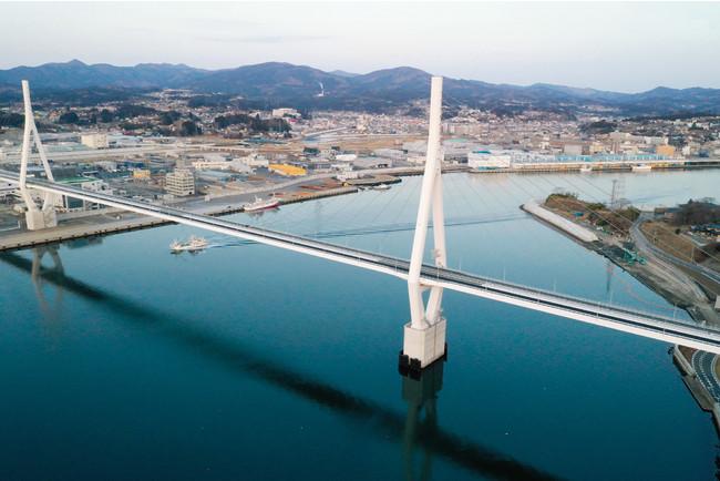 URによる宅地整備が完了した宮城県気仙沼市。気仙沼湾に気仙沼横断橋が架かり、3月に三陸沿岸道路が県内全線開通した。