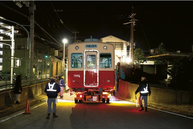引退した阪神電鉄の名車両「赤胴車」が武庫川団地の広場にやってくることに。その移動現場を追いました。