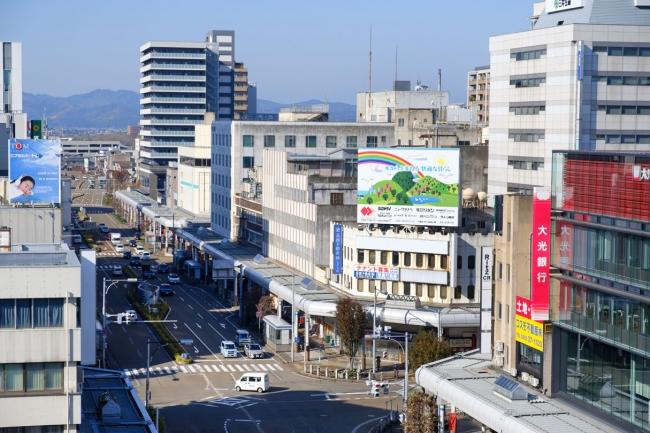 100年後を見据えたまちづくりが進む長岡市。手前に位置するJR長岡駅側から駅の西側の大手通りを望む。