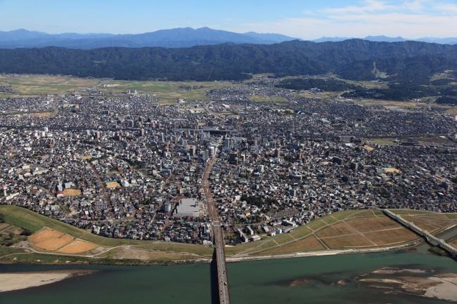 上空から眺める新潟県長岡市。(写真提供・長岡市)