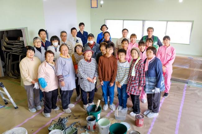 団地の皆さんと九州女子大学の皆さん、近隣の中学生も参加して集会所をリノベーション。