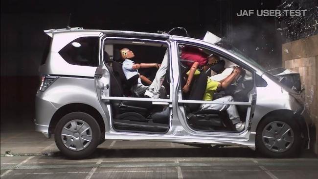 後席ダミーは運転席側でシートベルト非着用、助手席側でシートベルト着用