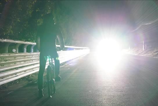 歩行者や自転車に対してはハイビームのままだったので 歩行者や自転車を確認したら、手動でロービームに!