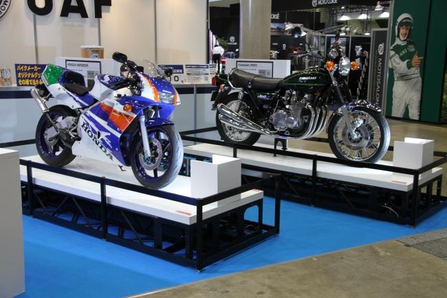 【JAF】 バイクのロードサービスもJAF! 東京モーターサイクルショー2019のJAFブースは懐かしの名車展 示とバイクの救援作業を隊員が実演!