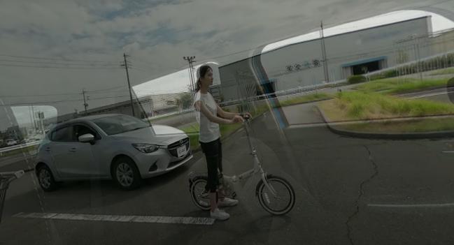 徐々に車体が透けてクルマの死角に自転車とクルマを確認できます