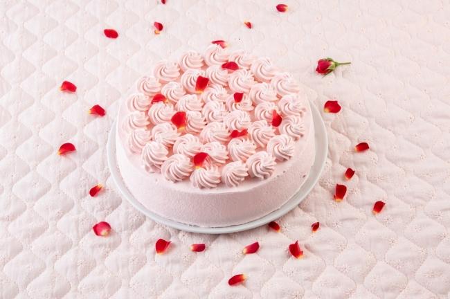 ■バレンタインスペシャルショート スポンジに甘酸っぱいラズベリークリームをサンド。ピンククリームでローズを絞り薔薇の花びらを散りばめました。