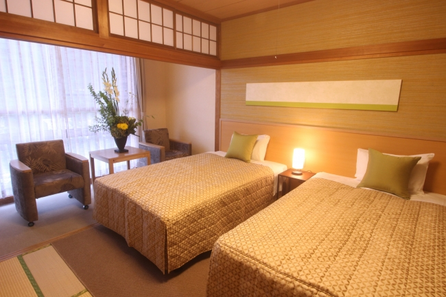 和室にベッドを配置し「和風ツインルーム」に