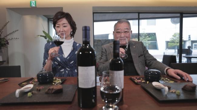 辻本憲三会長(写真右)がプライベートで経営するワイナリーで作ったワインを試飲する高井美紀アナウンサー(写真左)