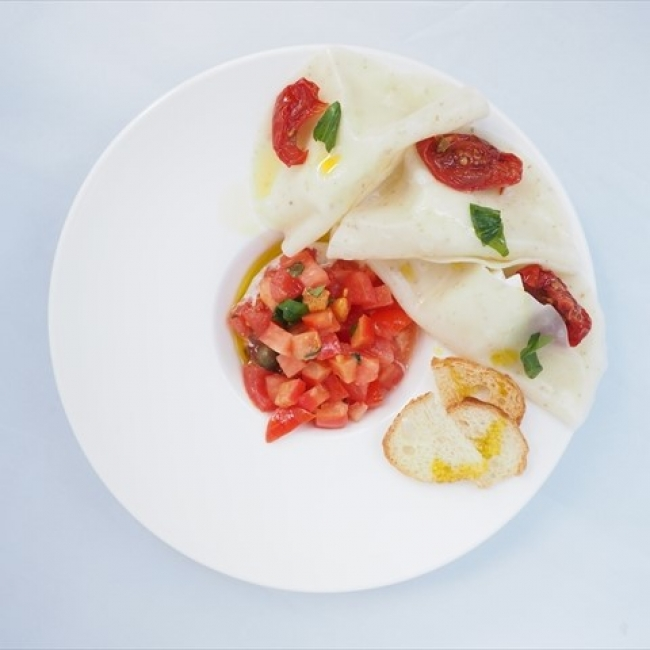 水牛のモッツァレラを包んだ冷製餃子 ~トマトとサラダとともに~